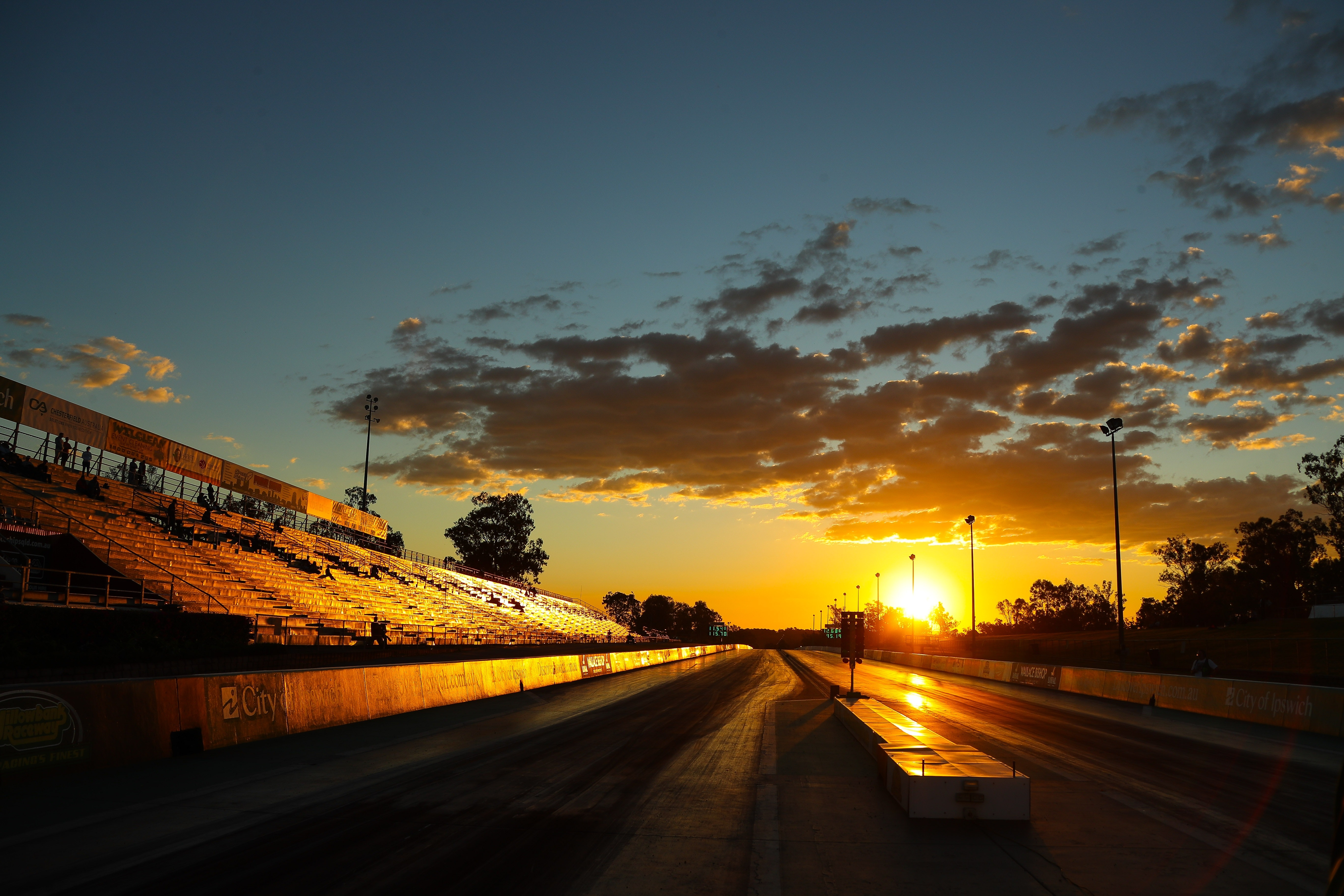 Solen går upp över racingbanan